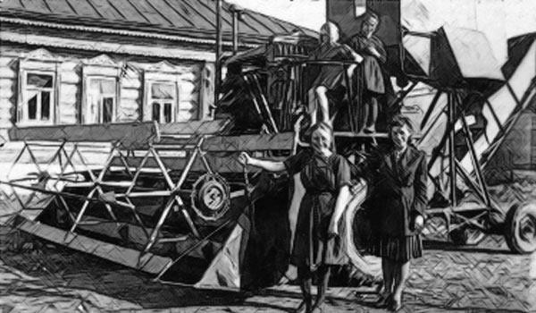 Советские колхозницы снимаются на фоне комбайна