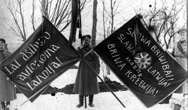 на флагах написано: Слава свободе! Слава Латвии! Слава свободной России!