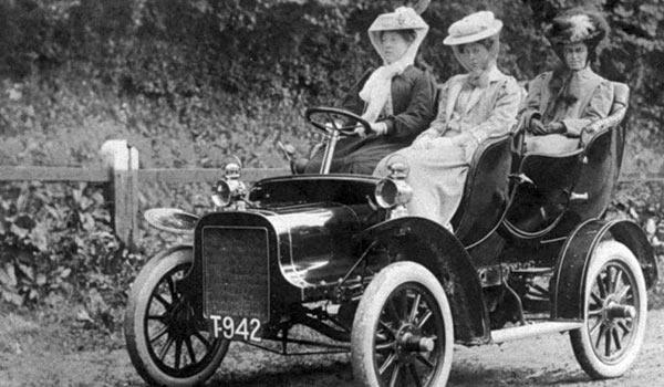 Начало ХХ века. Американки осваивают езду на автомобиле Форд