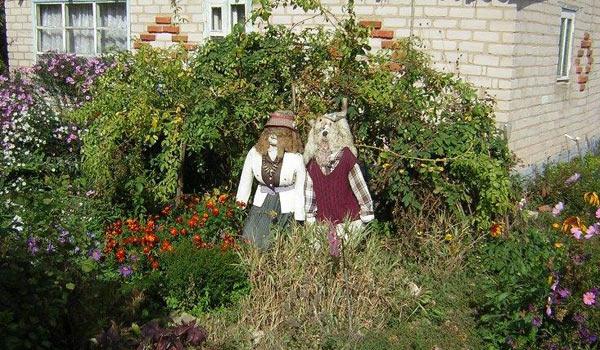 Куклы, похожие на людей, в селе Троицкое
