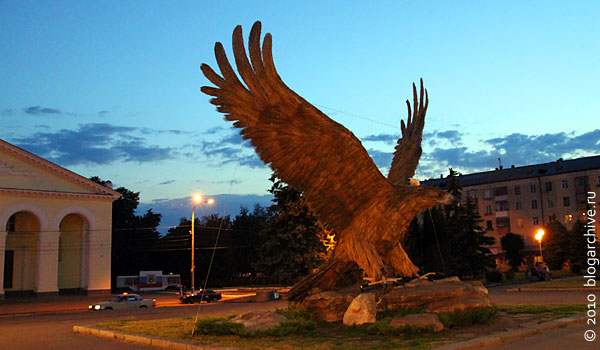 На Привокзальной площади горожан встречает меховой орёл