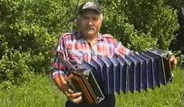 Алексей Силантьев играет на саратовской гармони