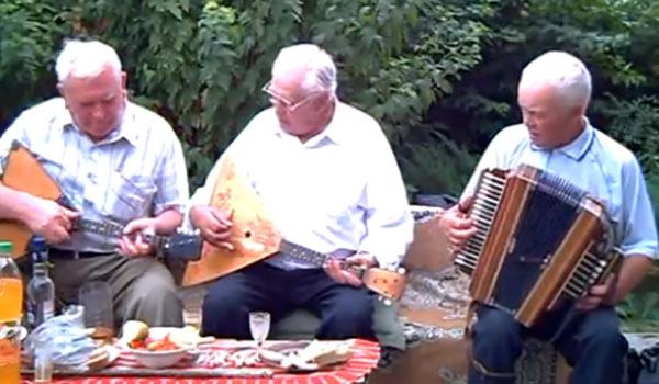 Трио из балалаечников и гармониста исполняет Страдания