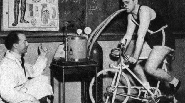 На снимке показан процесс замера VO2 max в Fordham University (Нью-Йорк, 1937 год).
