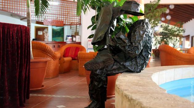 Медный читатель газеты в гостинице Аренас Дорадос.