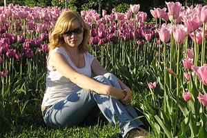 Фото у клумбы с красивыми цветами