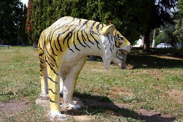 Ландшафтный дизайн. Тигр в детском парке города Малоархангельска