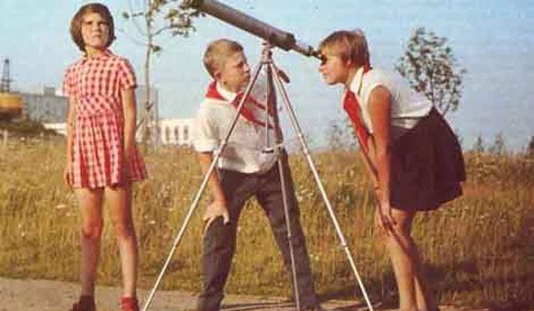 Пионеры смотрят на солнце