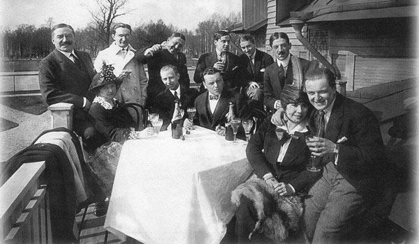 коллектив Русско-Азиатского Банка отмечает в загородном ресторане Санкт-Петербурга какое-то событие в 1914 году