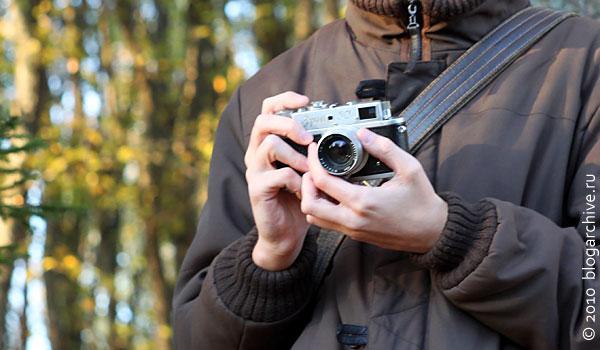 Фотограф в осеннем лесу.