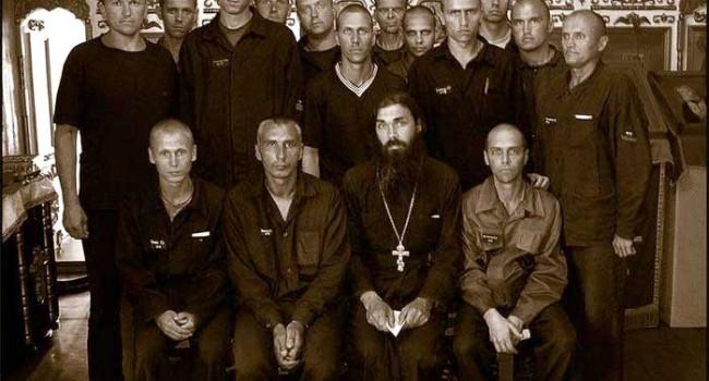 Тюремный священник и его паства (фото: Сергей Балай)