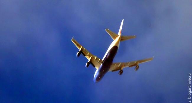 Боинг 747, выпускаемый американской компанией Boeing, часто именуемый «Джамбо Джет» (англ. Jumbo Jet), или просто «747».