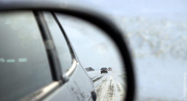Дорога в окне заднего вида.