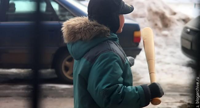 Ребёнок с бейсбольной битой.