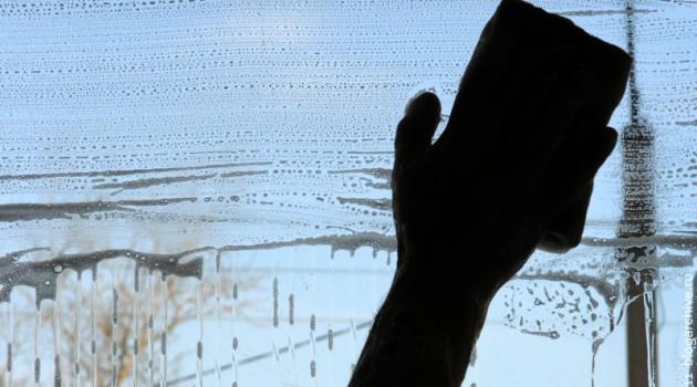 Чтобы окно было чистым, нужно сначала хорошенько растворить всю грязь на нём.