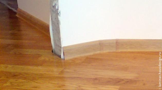 Фото правильного порядка укладки ламината: ламинат уложен, плинтус закреплён, очередь устанавливать двери.
