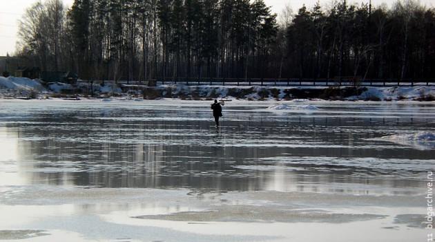 Обычный пруд 4 апреля 2011 года. По воде идёт человек.