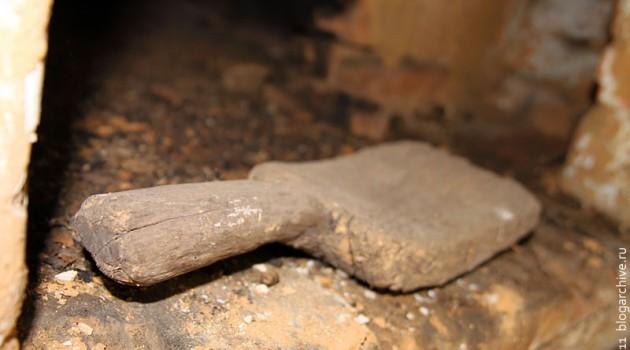 Валек — массивный, изогнутый кверху деревянный брусок с короткой рукояткой — служил не только для обмолота льна, но и для выколачивания белья во время стирки и полоскания, а также для беления готового холста.