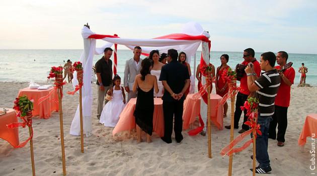 Общий вид свадьбы на берегу Атлантики.