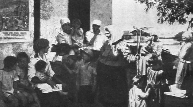 Крестьянки приводят утром детей в ясли в селе М. Курган (Севере-Кавказский край). 1928 год.