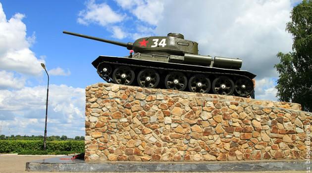 Памятник героям-танкистам у въезда в посёлок Поныри Курской области.