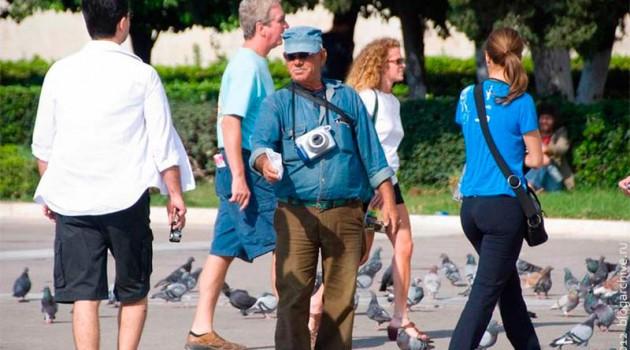 Продавец семечек с поляроидом. Греция. 2012 год.