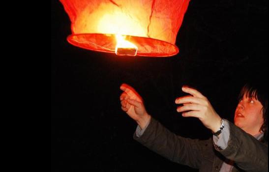 Крис Бертон запускает безопасный небесный фонарик.