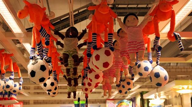 Игрушки под крышей IKEA.